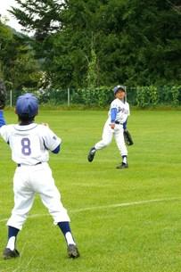少年野球 キャッチボールの写真素材 [FYI00381211]