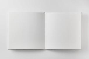 ページを開いた本の写真素材 [FYI00381270]