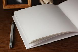 机の上に置かれた本とペンの素材 [FYI00381291]