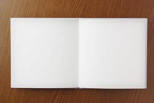 机上に開いた本の素材 [FYI00381293]