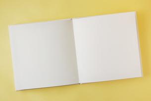開いた白紙の本の素材 [FYI00381294]