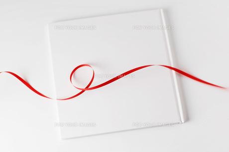 白い本と赤いリボンの素材 [FYI00381299]