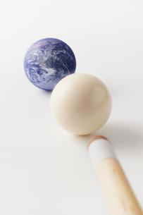 ビリヤードの球と地球の写真素材 [FYI00381303]