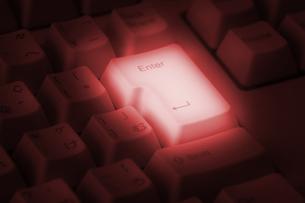 赤く光るキーボードの写真素材 [FYI00381319]