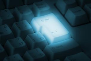 青く光るキーボードの写真素材 [FYI00381327]