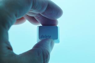 deleteキーを持つ手の写真素材 [FYI00381334]