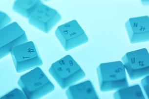 バラバラのキーボードの写真素材 [FYI00381338]