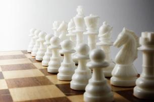 並べたチェスの駒の写真素材 [FYI00381350]