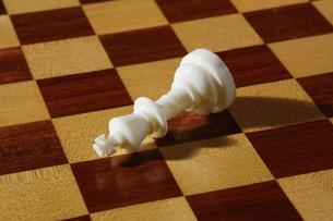 倒れたチェスの駒の写真素材 [FYI00381357]