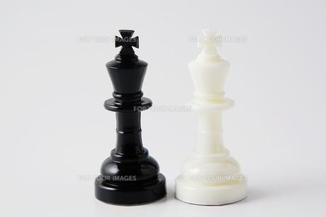 白と黒のチェスの駒の写真素材 [FYI00381366]