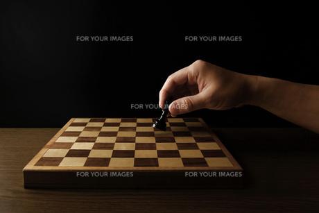 チェスの駒を持つ手の写真素材 [FYI00381367]
