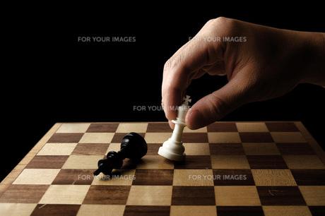 チェスの駒を持つ手の写真素材 [FYI00381372]