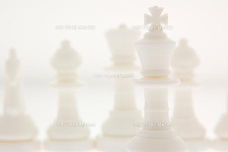 白いチェスの駒の写真素材 [FYI00381373]