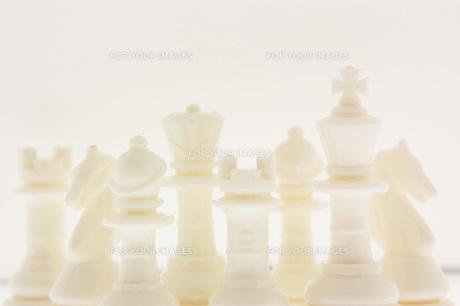白いチェスの駒の写真素材 [FYI00381375]