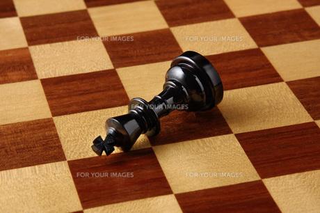 倒れたチェスの駒の写真素材 [FYI00381376]