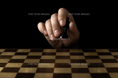 チェスの駒を持つ手の写真素材 [FYI00381382]