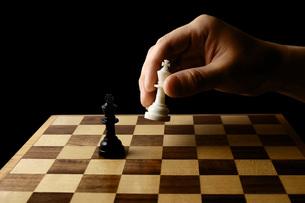 チェスの駒を持つ手の写真素材 [FYI00381383]