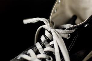 古い運動靴の部分のアップの写真素材 [FYI00381384]
