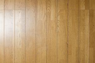 明るい木の木目の床の素材の写真素材 [FYI00381387]