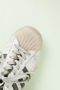 ボロボロの運動靴の部分アップの写真素材 [FYI00381392]