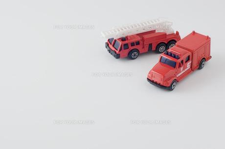 白背景に消防車と救急車のミニカーの玩具の写真素材 [FYI00381395]