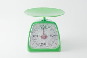 白背景に緑色のキッチンスケールのアップの写真素材 [FYI00381398]