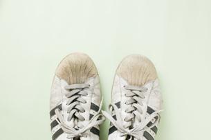 並べて置いたボロボロの運動靴のアップの写真素材 [FYI00381402]