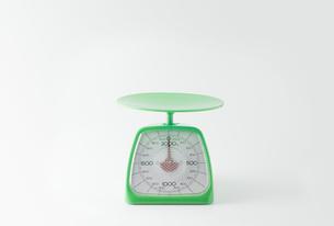 白背景に緑色のキッチンスケールの写真素材 [FYI00381403]