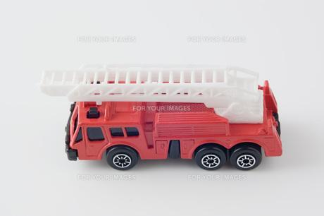 白背景に消防自動車のミニチュアの玩具の写真素材 [FYI00381404]