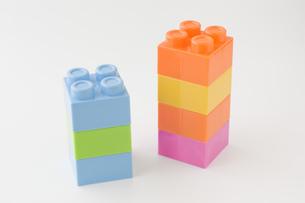 白背景にカラフルなブロックの写真素材 [FYI00381406]