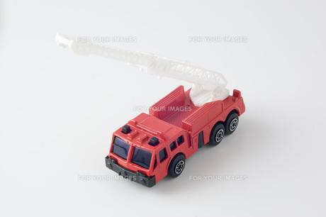 白背景に消防車のミニカーのアップの写真素材 [FYI00381407]