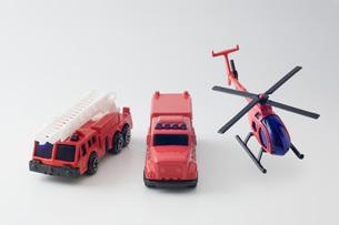 白背景に消防車と救急車とヘリコプターの玩具の写真素材 [FYI00381411]