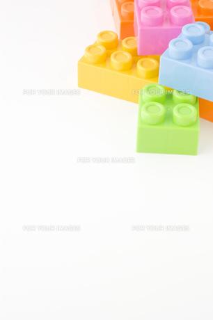 白背景に積まれたバラバラのカラフルなブロックの写真素材 [FYI00381412]