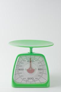 白背景に緑色のキッチンスケールの写真素材 [FYI00381413]