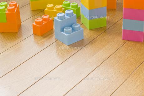 木の床にカラフルな複数のブロックの写真素材 [FYI00381421]