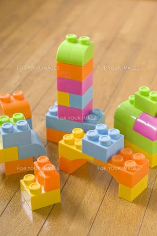 フローリングの床に複数のカラフルなブロックの写真素材 [FYI00381427]