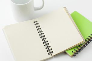 開いた白紙のメモ帳とコップの写真素材 [FYI00381431]