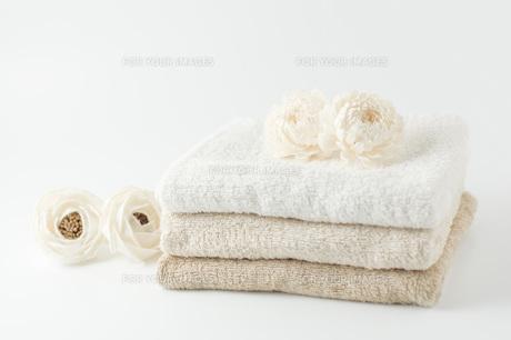 白いフラワーポプリとタオルの写真素材 [FYI00381439]