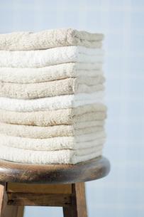 木製の椅子と重ねたタオルの写真素材 [FYI00381440]