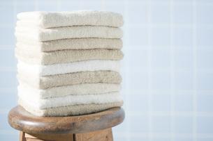 木製の椅子と重ねたタオルの写真素材 [FYI00381451]
