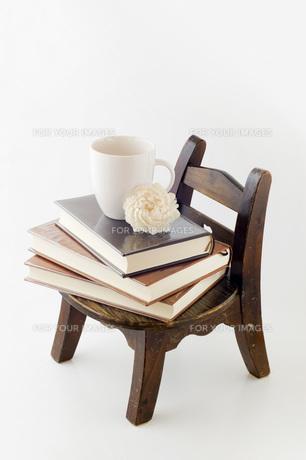 本とコーヒーカップの写真素材 [FYI00381455]