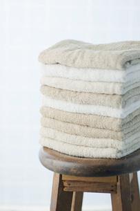 木製の椅子と重ねたタオルの写真素材 [FYI00381457]