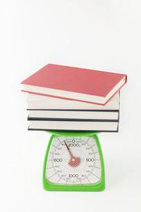 秤の上に積まれた本の写真素材 [FYI00381458]