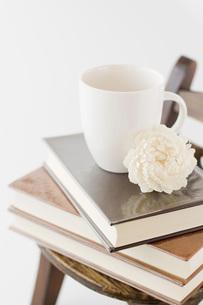 本とコーヒーカップの写真素材 [FYI00381462]