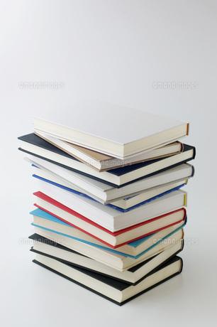 積み上げた本の写真素材 [FYI00381464]