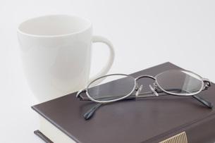 本とコーヒーカップと眼鏡の写真素材 [FYI00381467]