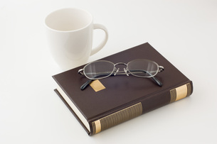 本とコーヒーカップと眼鏡の写真素材 [FYI00381468]