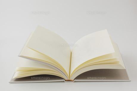 白背景に開いた無地の本の写真素材 [FYI00381472]