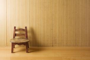 部屋に置かれた古い木の椅子の写真素材 [FYI00381477]