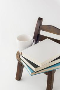 椅子に置かれた本とコップの写真素材 [FYI00381481]